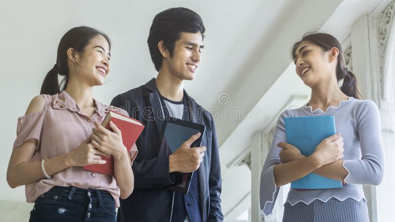 Οι σπουδαστές ομάδων ανθρώπων με το βιβλίο και το στάσιμο περίπατο στοκ φωτογραφίες με δικαίωμα ελεύθερης χρήσης
