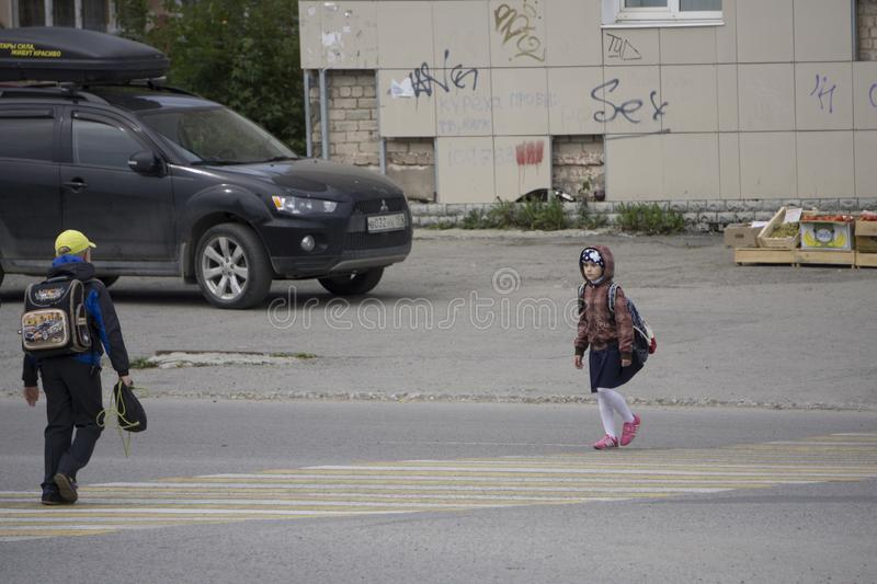 Οι σπουδαστές που διασχίζουν το με ραβδώσεις στην οδό σε Berezniki, Ρωσία, στις 4 Σεπτεμβρίου στοκ εικόνες