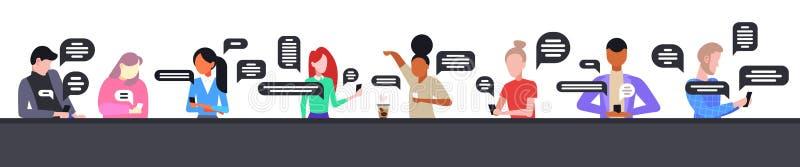 Οι σπουδαστές που χρησιμοποιούν smartphones mobile chatting app social network chat bubble communication ελεύθερη απεικόνιση δικαιώματος