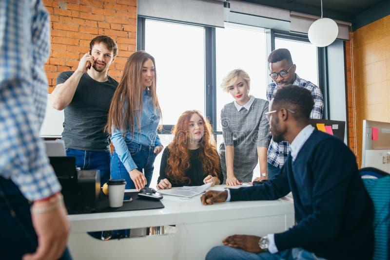 Οι σπουδαστές των διαφορετικών υπηκοοτήτων ενισχύουν τη μικρή επιχείρηση στοκ εικόνα