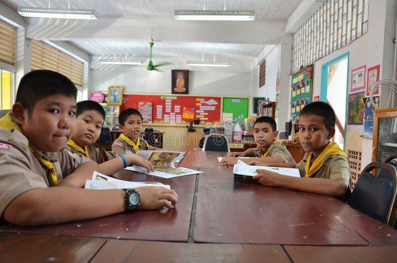 Οι σπουδαστές διαβάζουν ένα βιβλίο στοκ φωτογραφίες