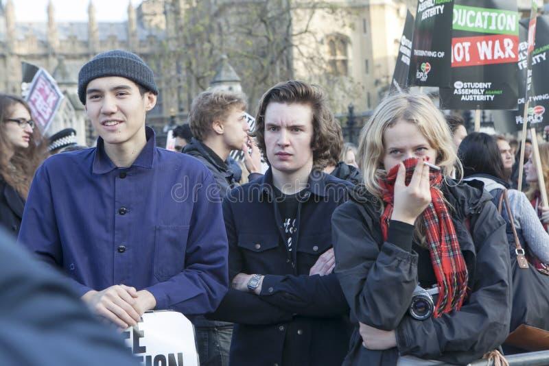 Οι σπουδαστές διαμαρτύρονται ενάντια στα δίδακτρα και τις περικοπές και το χρέος στο κεντρικό Λονδίνο στοκ εικόνα