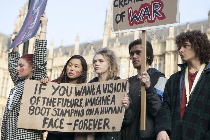 Οι σπουδαστές διαμαρτύρονται ενάντια στα δίδακτρα και τις περικοπές και το χρέος στο κεντρικό Λονδίνο στοκ φωτογραφία με δικαίωμα ελεύθερης χρήσης