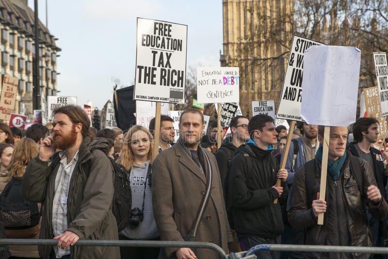 Οι σπουδαστές διαμαρτύρονται ενάντια στα δίδακτρα και τις περικοπές και το χρέος στο κεντρικό Λονδίνο στοκ εικόνες