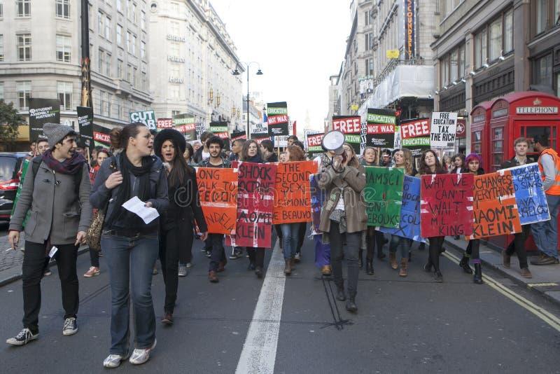 Οι σπουδαστές διαμαρτύρονται ενάντια στα δίδακτρα και τις περικοπές και το χρέος στο κεντρικό Λονδίνο στοκ εικόνα με δικαίωμα ελεύθερης χρήσης