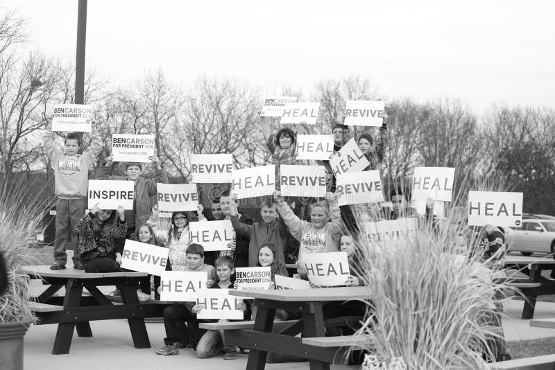 Οι σπουδαστές κρατούν τα σημάδια υπέρ του Ben Carson στοκ εικόνα