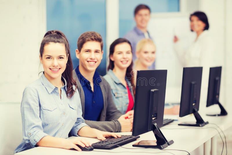 Οι σπουδαστές με τον υπολογιστή ελέγχουν στο σχολείο στοκ φωτογραφία με δικαίωμα ελεύθερης χρήσης