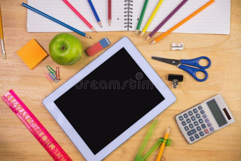 Οι σπουδαστές παρουσιάζουν με τις σχολικές προμήθειες στοκ εικόνα