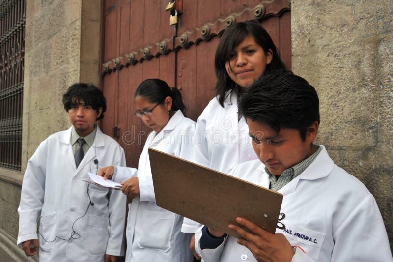 Οι σπουδαστές της ιατρικής σχολής δίνουν τις κατηγορίες στους ανθρώπους στην οδό στον υγιή τρόπο ζωής στοκ εικόνες