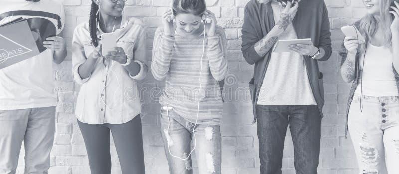 Οι σπουδαστές Teens ποικιλομορφίας χαλαρώνουν την έννοια ομάδας στοκ εικόνα