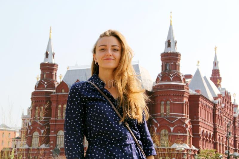 Οι στάσεις κοριτσιών μπροστά από το Κρεμλίνο στοκ φωτογραφίες με δικαίωμα ελεύθερης χρήσης