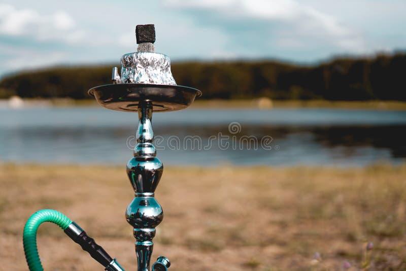Οι στάσεις κύπελλων Hookah στη φύση από τον ποταμό κλείνουν επάνω στοκ φωτογραφίες με δικαίωμα ελεύθερης χρήσης
