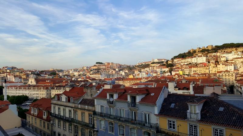 Οι στέγες της Λισσαβώνας βλέπουν το κόκκινο ταξίδι στοκ φωτογραφίες