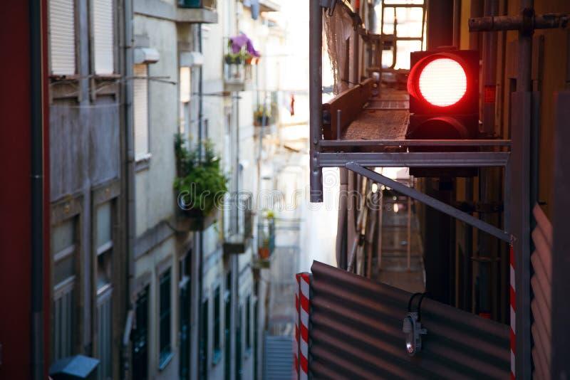 Οι στενές οδοί της παλαιάς Ευρώπης, φωτεινοί σηματοδότες κόκκινων φώτων, επισκευές είναι εν εξελίξει, αναδημιουργία της πόλης στοκ φωτογραφίες