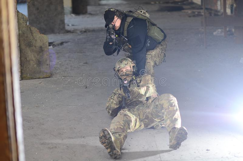 Οι στρατιώτες με m4 στοκ φωτογραφία