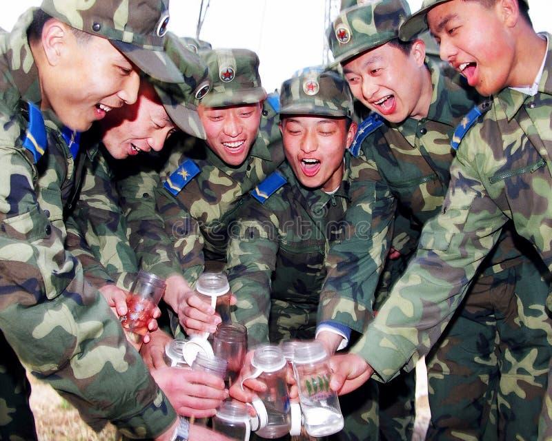 Οι στρατιώτες Πολεμικής Αεροπορίας φώναξαν έξω, το δωμάτιο για το ποτό κατά πρώτο λόγο στοκ εικόνα με δικαίωμα ελεύθερης χρήσης