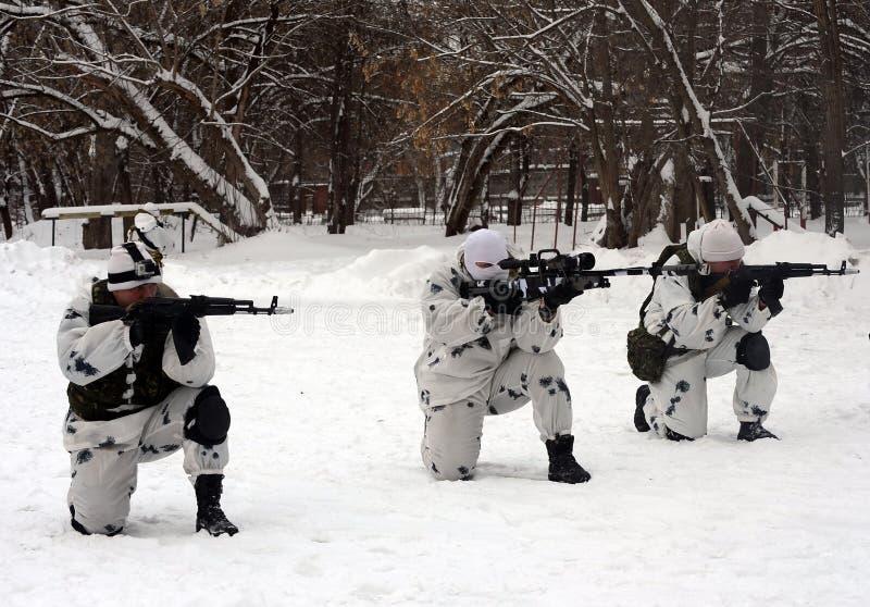 Οι στρατιώτες της ειδικής αποσύνδεσης επιλύουν το συντονισμό αγώνα στην ουδετεροποίηση των τρομοκρατών στο χειμερινό όρο στοκ εικόνες