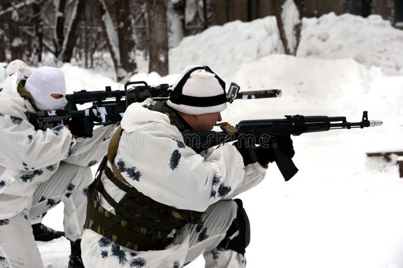 Οι στρατιώτες της ειδικής αποσύνδεσης επιλύουν το συντονισμό αγώνα στην ουδετεροποίηση των τρομοκρατών στο χειμερινό όρο στοκ φωτογραφίες