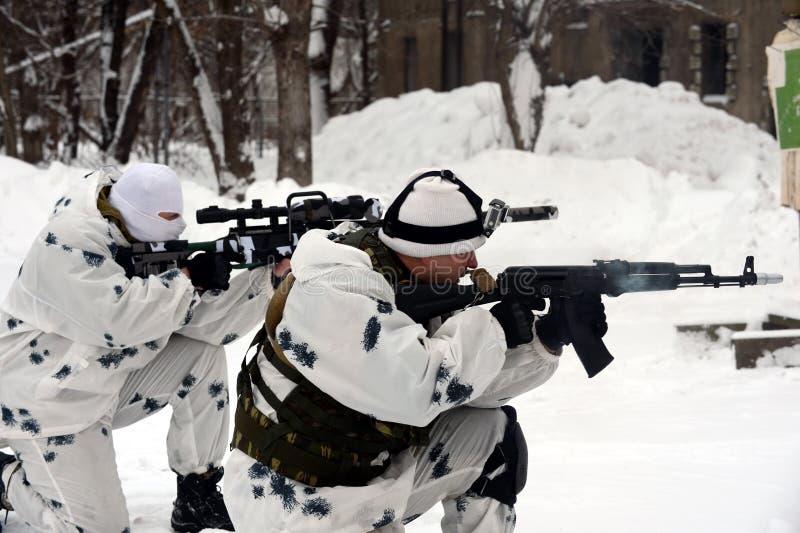 Οι στρατιώτες της ειδικής αποσύνδεσης επιλύουν το συντονισμό αγώνα στην ουδετεροποίηση των τρομοκρατών στο χειμερινό όρο στοκ φωτογραφία με δικαίωμα ελεύθερης χρήσης