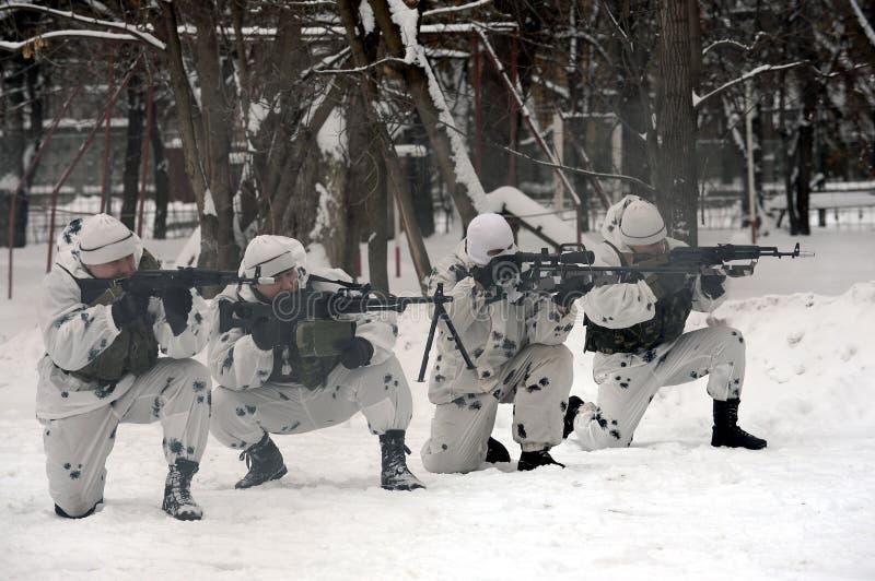 Οι στρατιώτες της ειδικής αποσύνδεσης επιλύουν το συντονισμό αγώνα στην ουδετεροποίηση των τρομοκρατών στο χειμερινό όρο στοκ φωτογραφίες με δικαίωμα ελεύθερης χρήσης