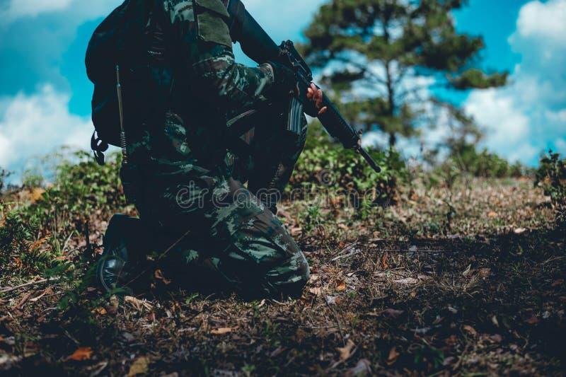 Οι στρατιώτες χρησιμοποιούν το ραδιόφωνο Και χρησιμοποιήστε το χάρτη για την επικοινωνία στοκ εικόνες με δικαίωμα ελεύθερης χρήσης