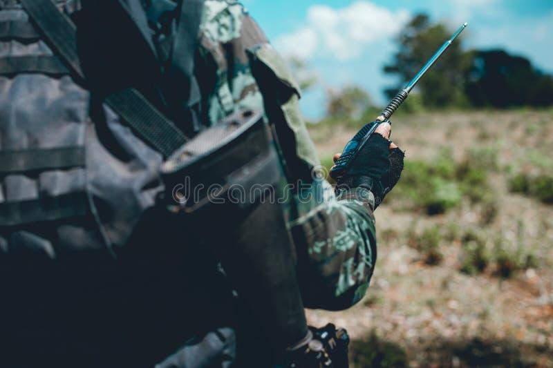 Οι στρατιώτες χρησιμοποιούν το ραδιόφωνο Και χρησιμοποιήστε το χάρτη για την επικοινωνία στοκ φωτογραφία με δικαίωμα ελεύθερης χρήσης