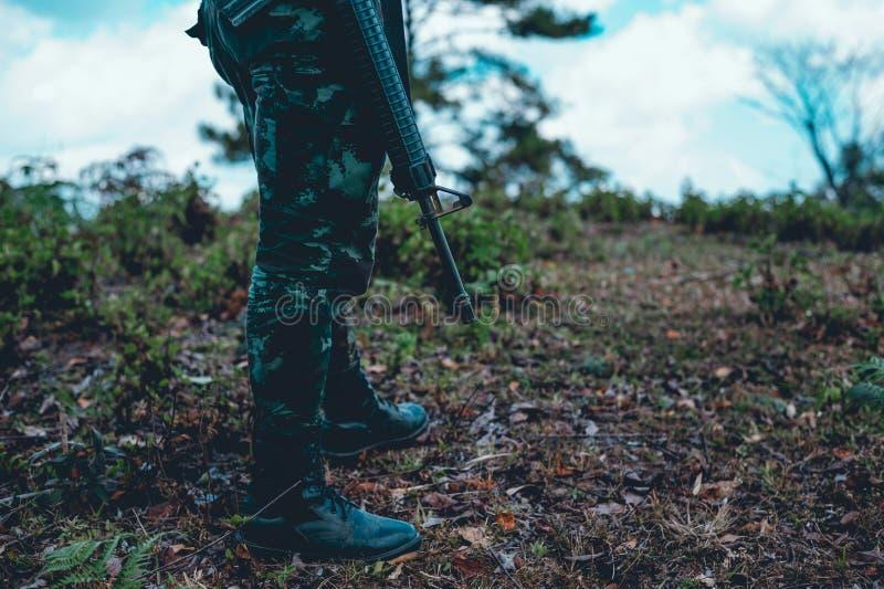 Οι στρατιώτες χρησιμοποιούν το ραδιόφωνο Και χρησιμοποιήστε το χάρτη για την επικοινωνία στοκ εικόνες