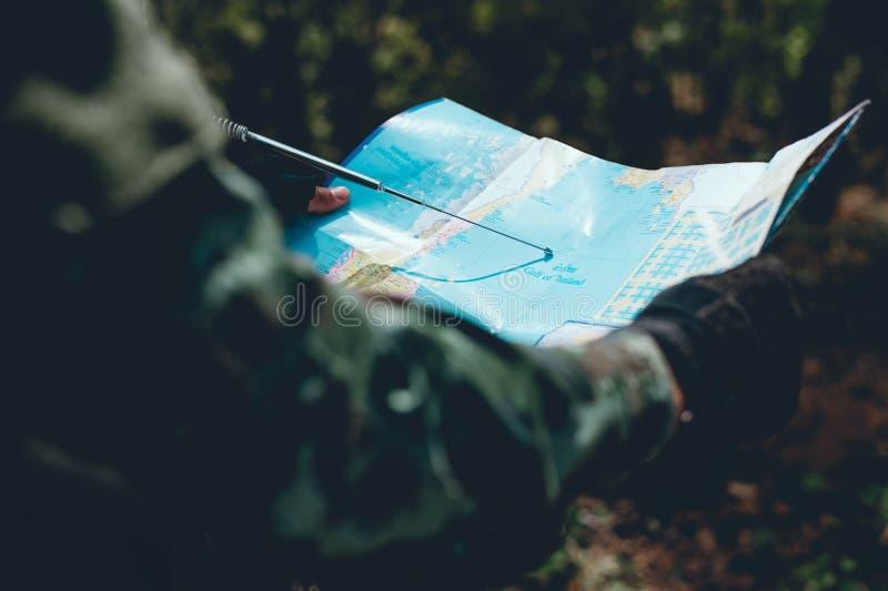 Οι στρατιώτες χρησιμοποιούν το ραδιόφωνο Και χρησιμοποιήστε το χάρτη για την επικοινωνία στοκ εικόνα με δικαίωμα ελεύθερης χρήσης