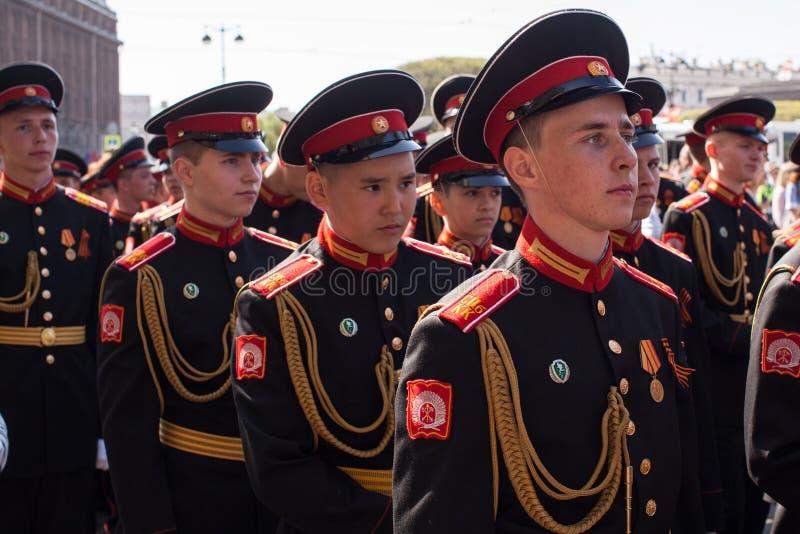 Οι συμμετέχοντες μαθητών στρατιωτικής σχολής του ρωσικού στρατού παρελαύνουν την ημέρα νίκης στοκ εικόνα
