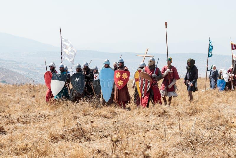 Οι συμμετέχοντες στην αναδημιουργία των κέρατων Hattin μάχονται το 1187 ντυμένος στα κοστούμια σταυροφόρων, προετοιμάζονται να απ στοκ εικόνα