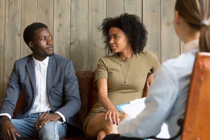 Οι συμφιλιωμένοι μαύροι σύζυγοι κάνουν την ειρήνη μετά από το επιτυχές relationshi στοκ εικόνα