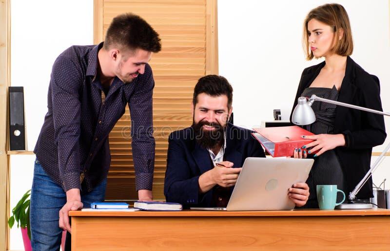 Οι συνάδελφοι επικοινωνούν την επίλυση των επιχειρησιακών στόχων Να εργαστεί από κοινού r business businessman cmputer desk lapto στοκ εικόνα