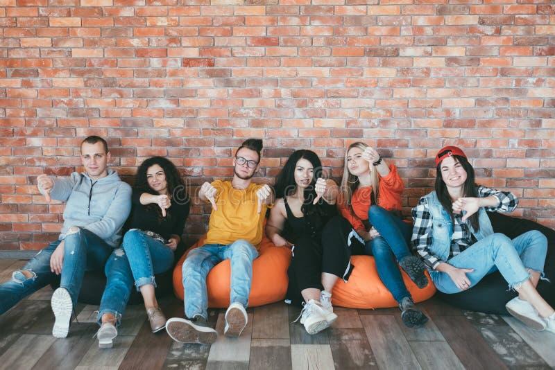 Οι συνάδελφοι φίλων φυλλομετρούν κάτω από την αποδοκιμασία άρνησης στοκ φωτογραφία