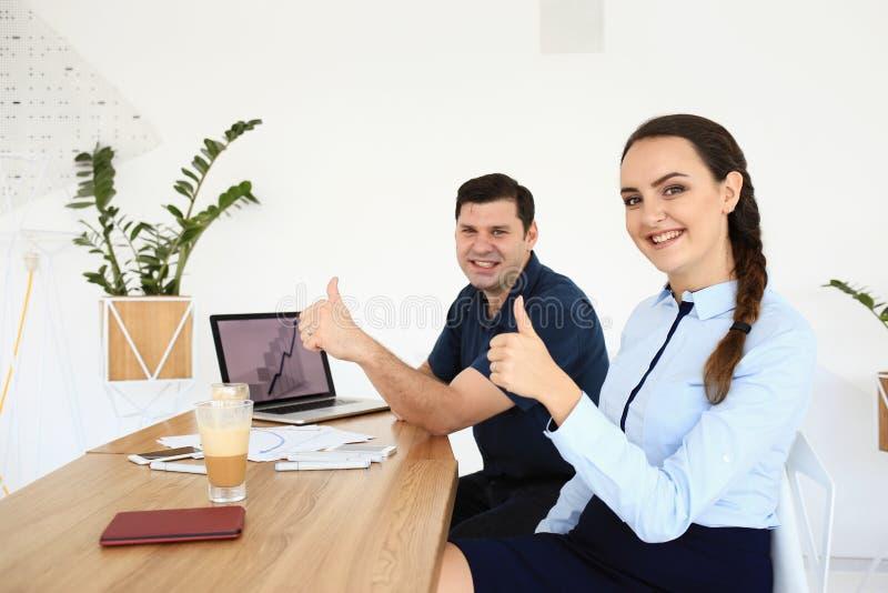 Οι συνέταιροι διοργανώνουν μια συνεδρίαση στο γραφείο στοκ φωτογραφία