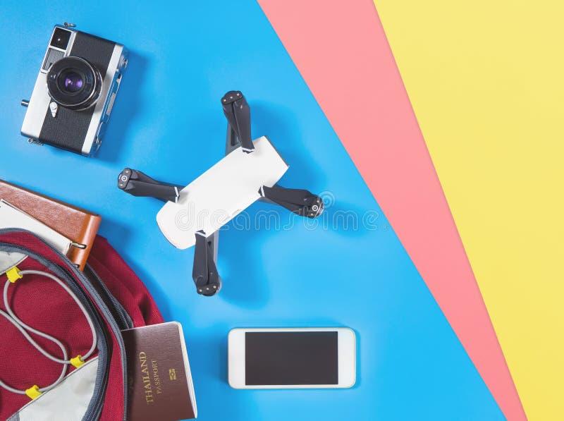 Οι συσκευές και τα αντικείμενα ταξιδιού τουριστών στο τοπ επίπεδο άποψης σακιδίων πλάτης βάζουν μπλε ρόδινο σε κίτρινο στοκ φωτογραφίες