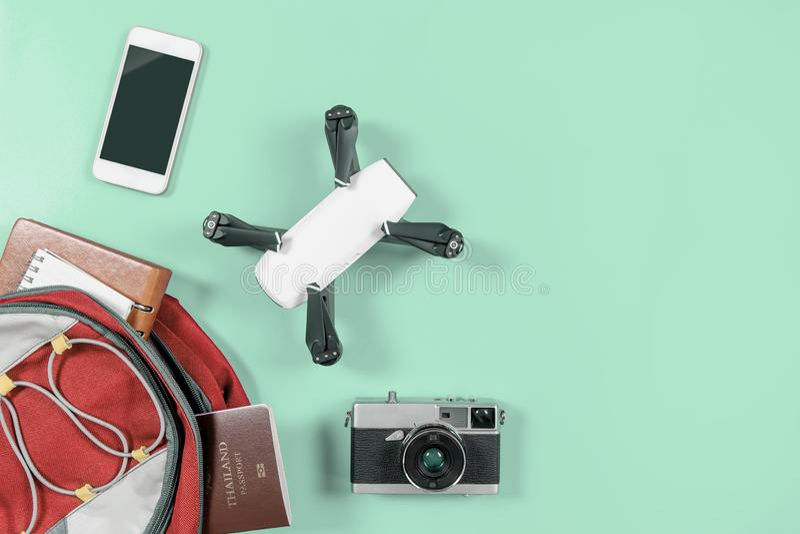 Οι συσκευές και τα αντικείμενα ταξιδιού Backpacker στο σακίδιο πλάτης με τον κηφήνα και τη κάμερα vlogger αντιτίθενται στοκ φωτογραφία με δικαίωμα ελεύθερης χρήσης