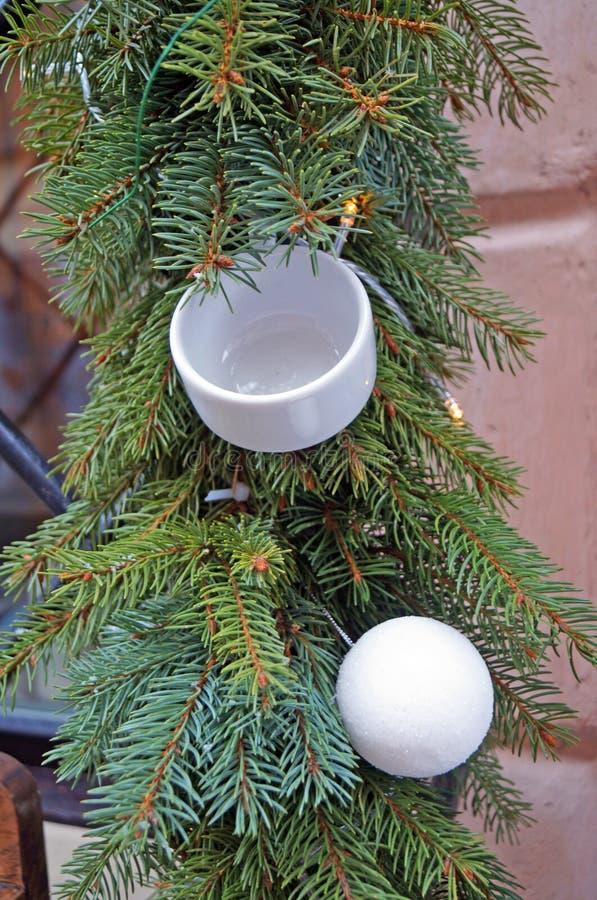 Οι σφαίρες Χριστουγέννων κίτρινες, κόκκινος, άσπρος, μπλε, χρυσός, μπλε κρεμούν σε έναν κλάδο χριστουγεννιάτικων δέντρων στοκ φωτογραφίες
