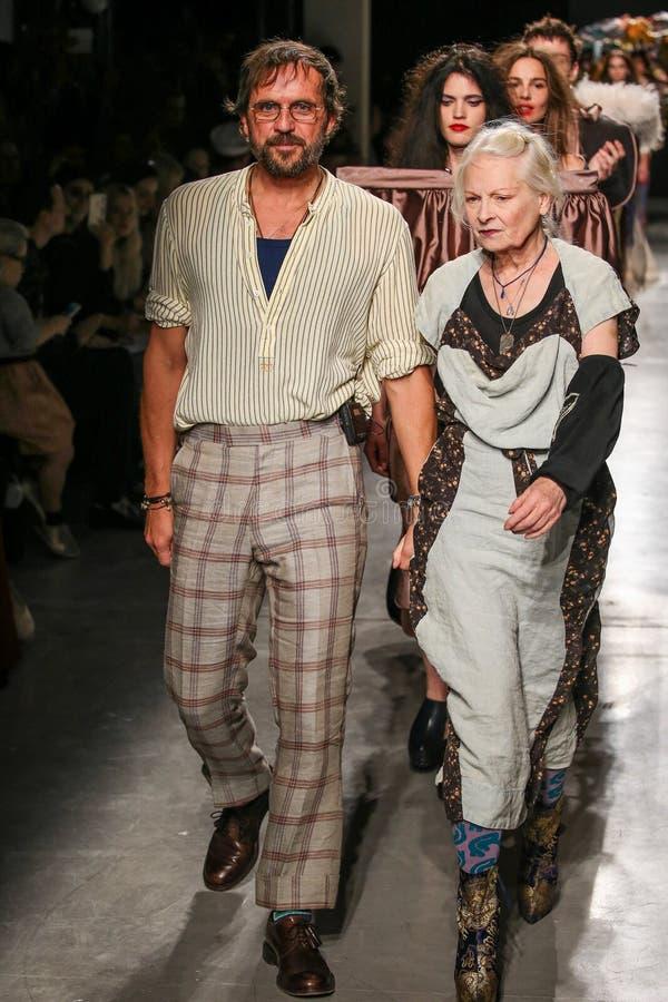 Οι σχεδιαστές Vivienne Westwood & Ανδρέας Kronthaler ο διάδρομος κατά τη διάρκεια της Vivienne Westwood παρουσιάζουν στοκ φωτογραφία