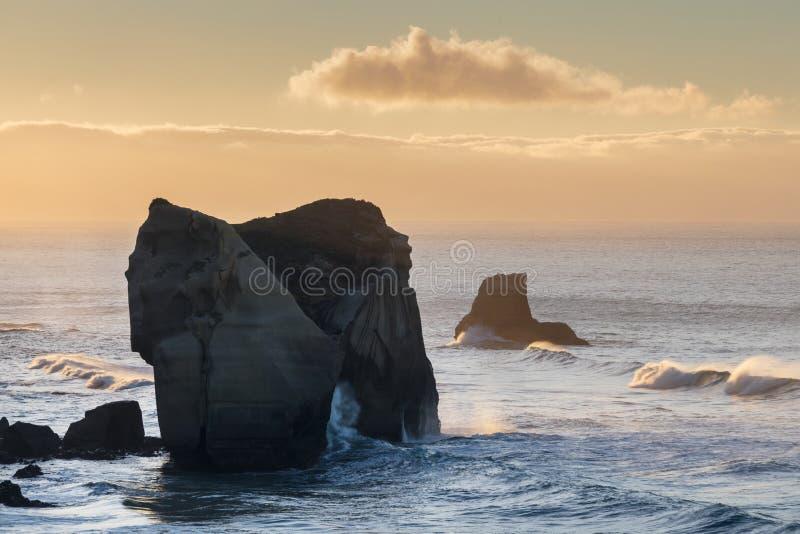 Οι σχηματισμοί απότομων βράχων στην παραλία σηράγγων, γλυπτοί απότομοι βράχοι που βλέπουν από την παραλία σηράγγων το πρώτο πρωί  στοκ φωτογραφία με δικαίωμα ελεύθερης χρήσης