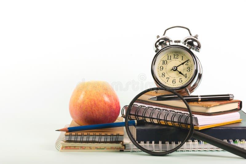Οι σχολικές προμήθειες που απομονώνονται στο άσπρο υπόβαθρο με το διάστημα αντιγράφων στοκ φωτογραφία