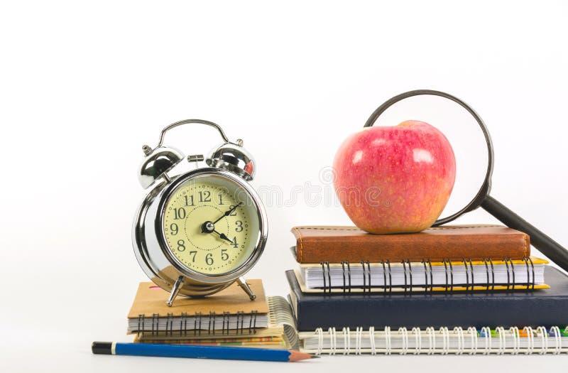 Οι σχολικές προμήθειες που απομονώνονται στο άσπρο υπόβαθρο με το διάστημα αντιγράφων στοκ εικόνες με δικαίωμα ελεύθερης χρήσης