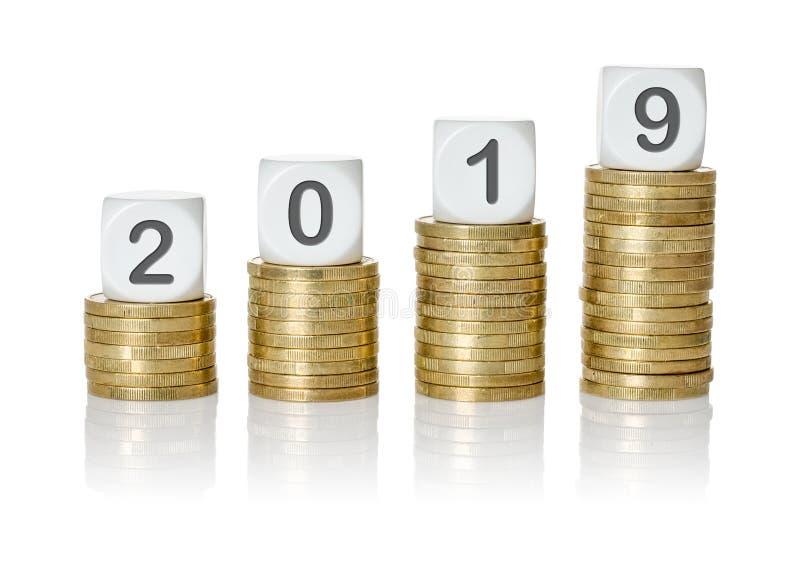 Οι σωροί νομισμάτων αύξησης με την επιστολή χωρίζουν σε τετράγωνα - το 2019 στοκ φωτογραφία με δικαίωμα ελεύθερης χρήσης