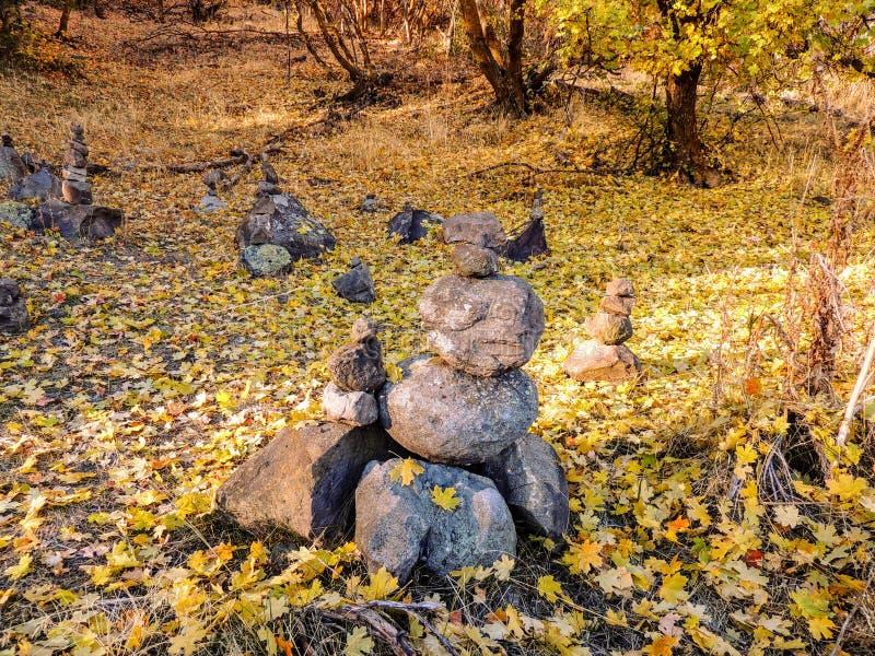 Οι σωροί τύμβων βράχου, δασικές απόψεις πτώσης φθινοπώρου που μέσω των δέντρων στο ροδαλό κίτρινο δίκρανο φαραγγιών και το μεγάλο στοκ φωτογραφία με δικαίωμα ελεύθερης χρήσης