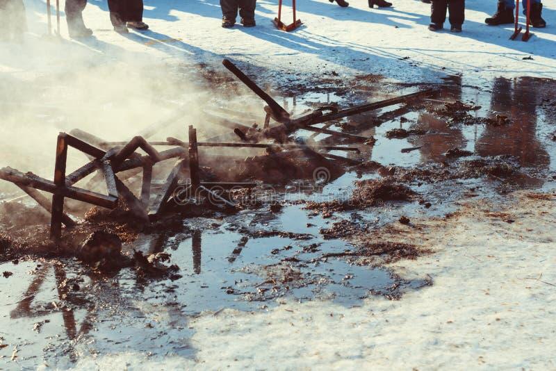 Οι τέφρες της πυρκαγιάς στην οδό στοκ εικόνες