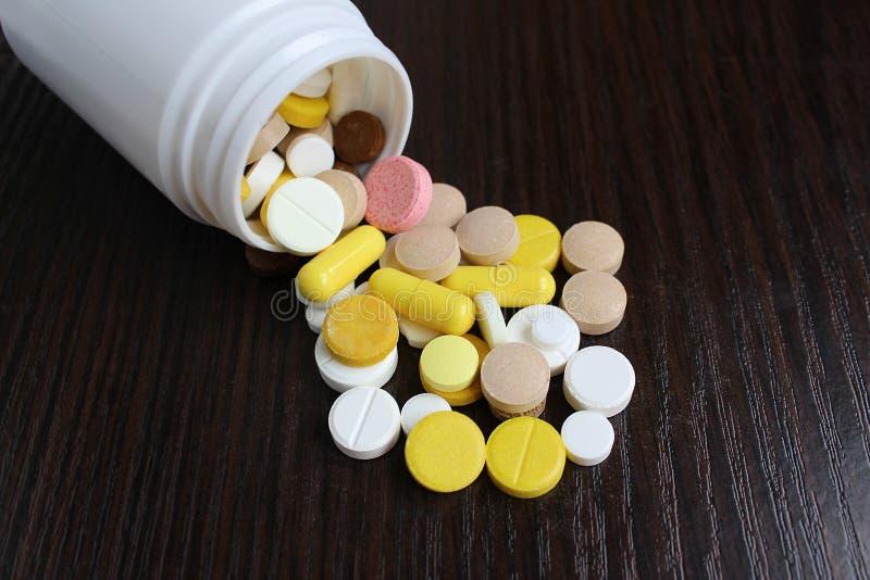 Οι ταμπλέτες φαρμάκων ανατρέπονται στον πίνακα στοκ φωτογραφία με δικαίωμα ελεύθερης χρήσης