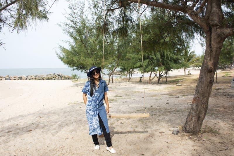 Οι ταϊλανδικές γυναίκες που στέκονται χαλαρώνουν και το παιχνίδι ταλάντευσης παιχνιδιού για παίρνει τη φωτογραφία στην παραλία Sa στοκ φωτογραφία με δικαίωμα ελεύθερης χρήσης