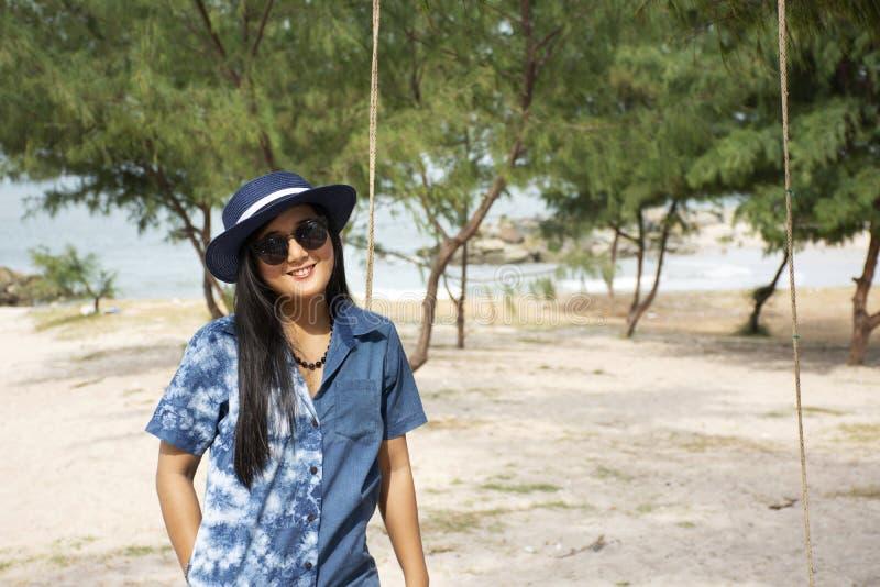 Οι ταϊλανδικές γυναίκες που στέκονται χαλαρώνουν και το παιχνίδι ταλάντευσης παιχνιδιού για παίρνει τη φωτογραφία στην παραλία Sa στοκ εικόνες με δικαίωμα ελεύθερης χρήσης