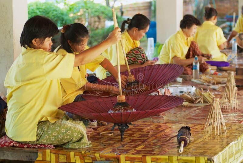 Οι ταϊλανδικές γυναίκες συγκεντρώνουν την παραδοσιακή ομπρέλα μπαμπού στο εργοστάσιο σε Chiang Mai, Ταϊλάνδη στοκ φωτογραφία