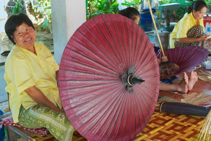 Οι ταϊλανδικές γυναίκες συγκεντρώνουν την παραδοσιακή ομπρέλα μπαμπού στο εργοστάσιο σε Chiang Mai, Ταϊλάνδη στοκ εικόνες