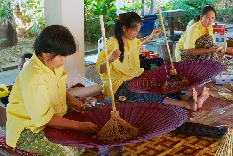 Οι ταϊλανδικές γυναίκες συγκεντρώνουν την παραδοσιακή ομπρέλα μπαμπού στο εργοστάσιο σε Chiang Mai, Ταϊλάνδη στοκ εικόνα με δικαίωμα ελεύθερης χρήσης